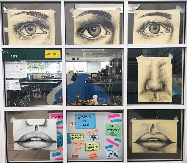 Students+use+charcoal+in+the+study+of+features.+Photo+by+Akina+Whalen.+March+21%2C+2019.