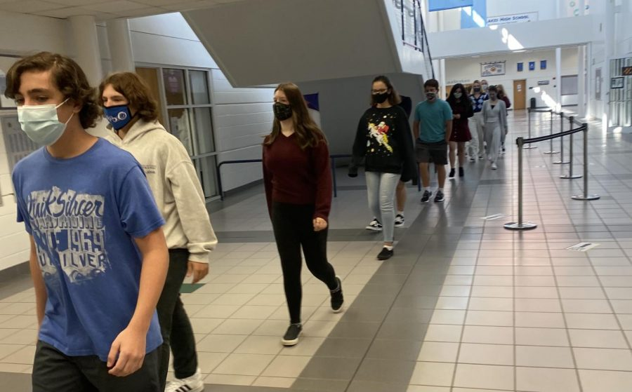 The+freshmen+from+Fara+Wiles+English+class+toured+the+building+as+they+walked+6-feet+apart+to+social+distance.