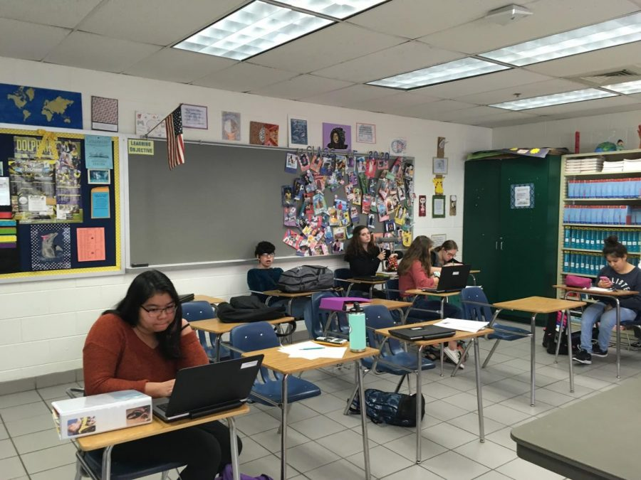 Students+in+Heather+Felch%E2%80%99s+study+block+work+on+their+devices+to+complete+schoolwork.+