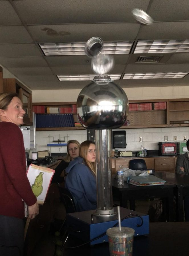 Physics+teacher+Linda+Spangler+uses+vandagraph+machine+to+demonstrate+electrostatics+during+2A+core+physics+class.