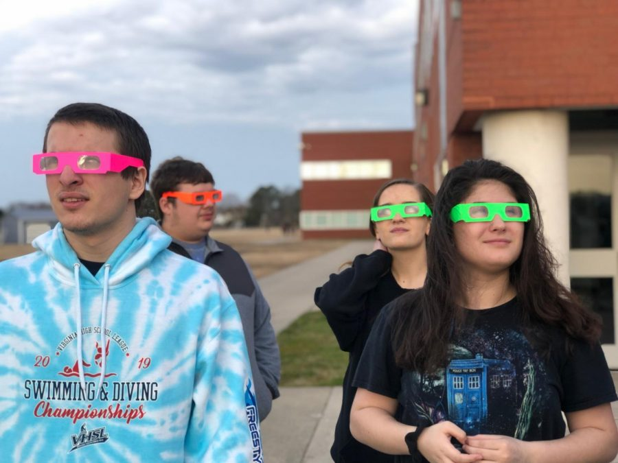 1B+Astronomy+students+%28from+left+to+right%29+Devin+Vensland%2C+Noah+Anderson%2C+Sydney+Lussier%2C+and+Sarah+Hester+look+at+the+sky+over+the+football+field+through+prism+glasses.+Photo+on+March+15%2C+2019