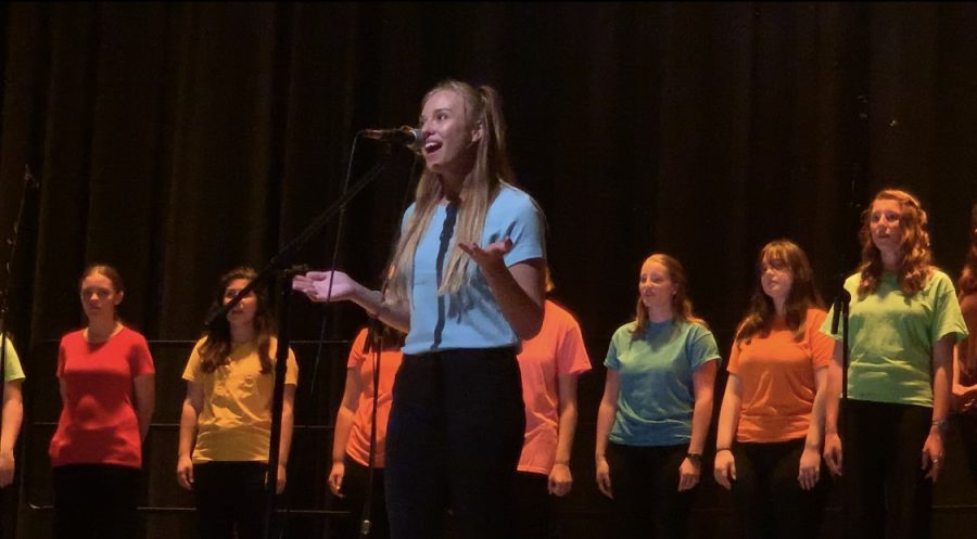 Senior+Lauren+Bacher+performs+her+solo+of+%22Say+you%27ll+be+there%22+on+Tuesday%2C+June+4+in+the+auditorium.+%0A%0A