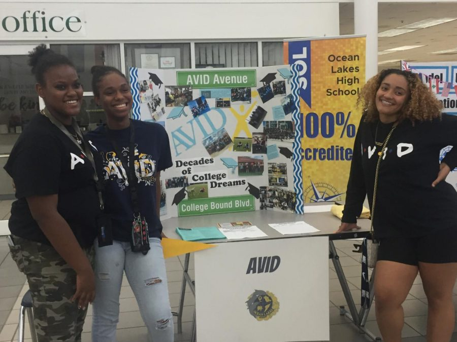 Upperclassmen AVID students hold booth to build course awareness and interest.