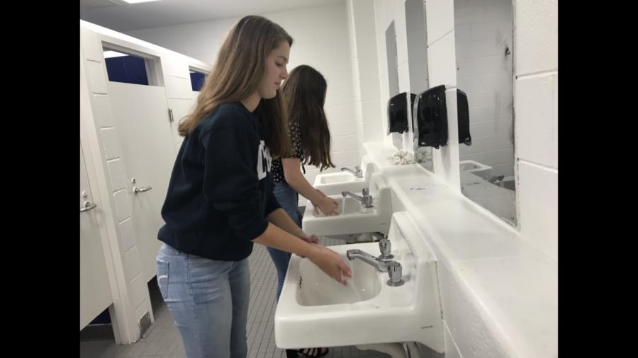 Seniors+Julia+Mitchell+and+Kerri+Hewett+practice+good+hygiene+by+washing+hands+before+lunch+on+Sept.+20.+