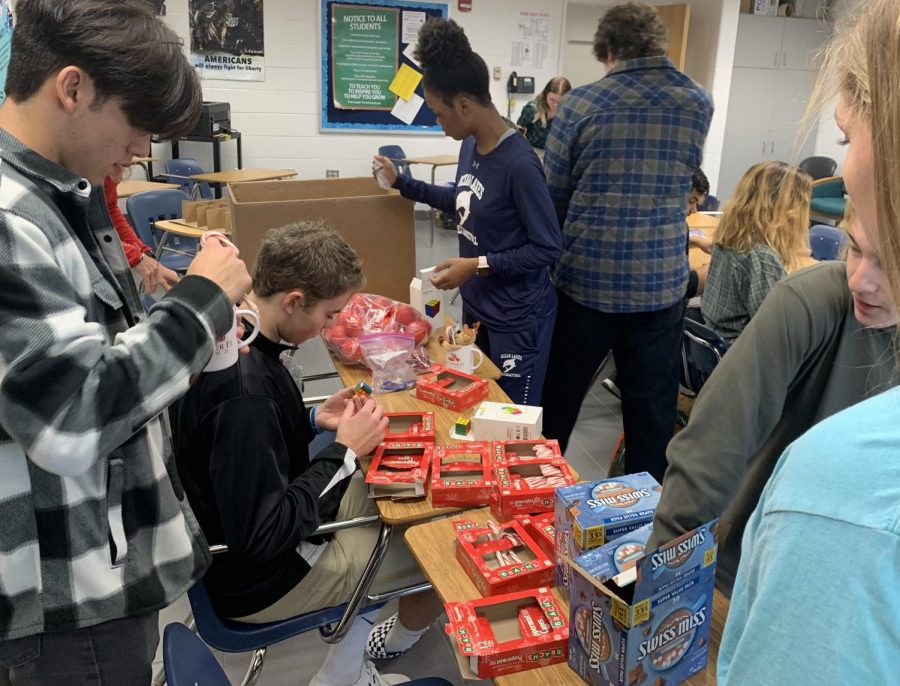 From left to right, Antonio Velazquez, Noah Naas, Alexis Starks Anthony Crispin, and Katherine Thoele put together gift-filled mugs on Dec. 3.
