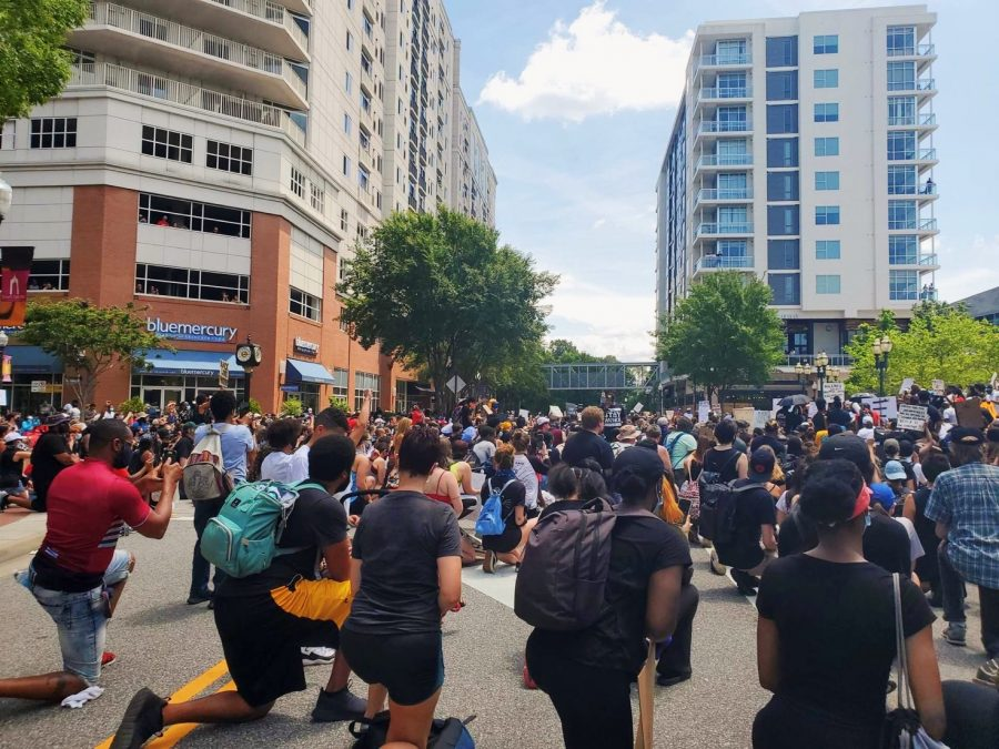 Protestors+kneel+peacefully+in+rememberance+of+George+Floyd+at+Town+Center+of+Virginia+Beach+on+June+6.